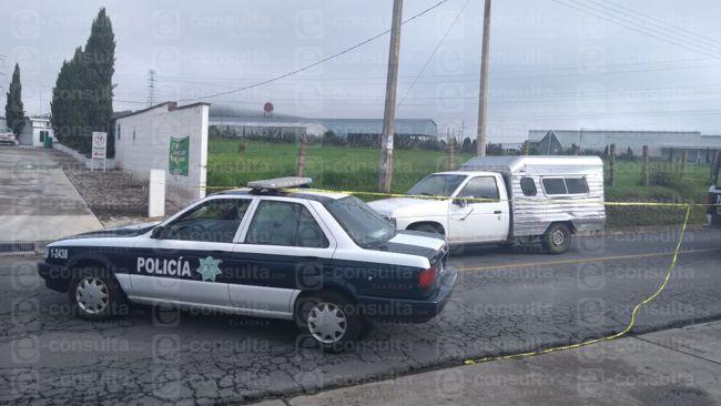 Detienen a dos hombres y una mujer con drogas y unidad robada en Tetla