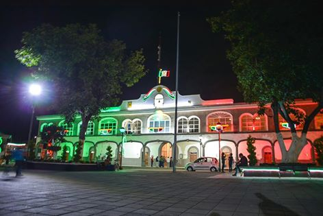 Alcalde inicia las fiestas patrias con el encendido de iluminación con colores patrios