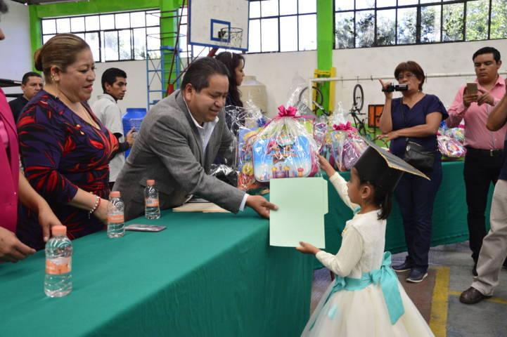 Alcalde apadrina generación de egresados de la guardería Niños Genios