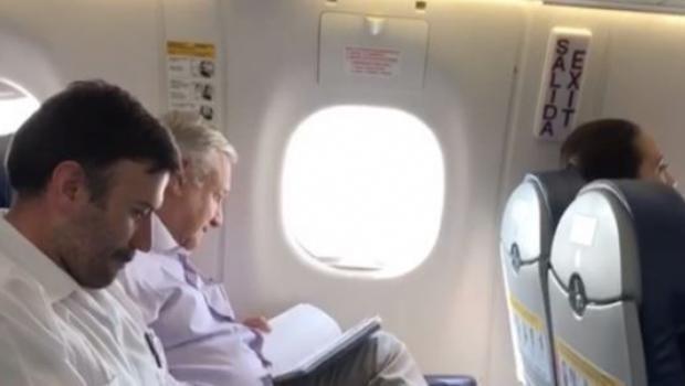 En vuelo de AMLO a Manzanillo dan clases de historia a los pasajeros