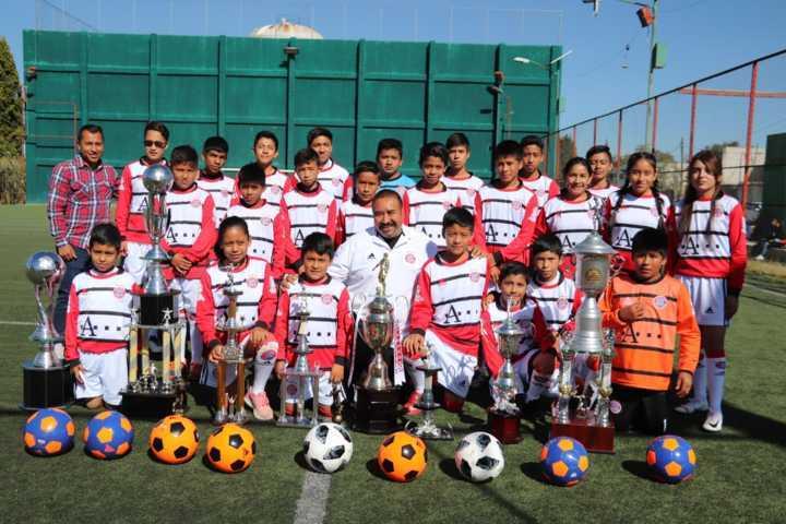 Entrega Badillo Jaramillo uniformes a equipos de Fútbol en Xicohtzinco