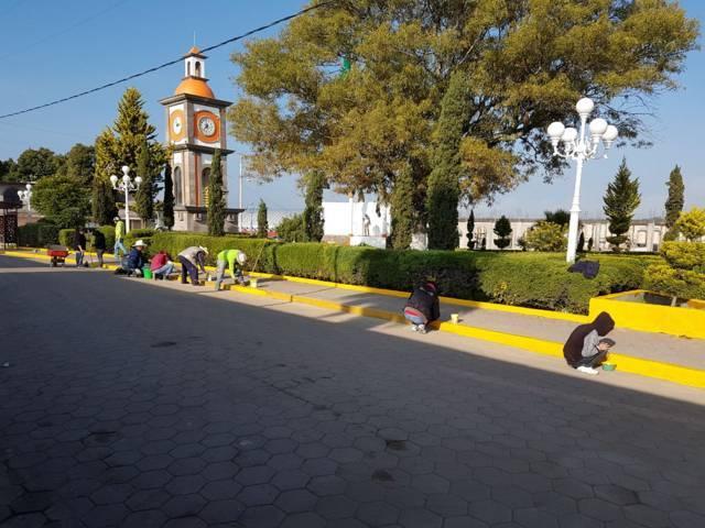 Alcalde mejora la imagen urbana de la plaza principal con faenas de limpieza
