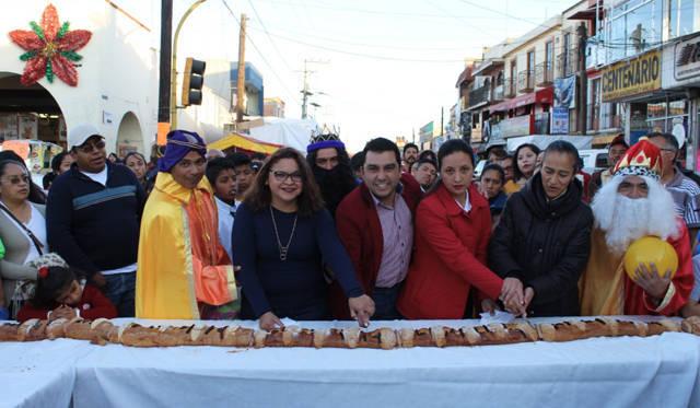 Alcalde festejo a cientos de niños en el Día de Reyes con una mega rosca de 110 metros