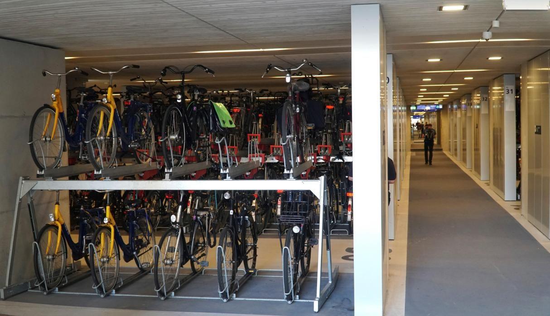 Holanda inaugura a falta de espacio estacionamiento para bicicletas