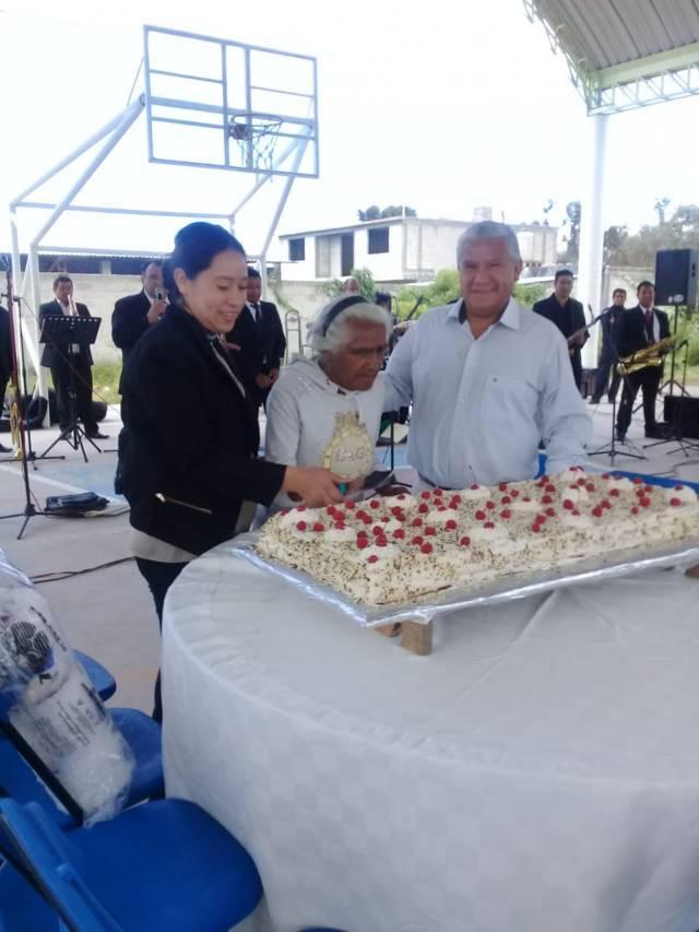 Alcalde de Teacalco festeja a los abuelitos con un magno evento