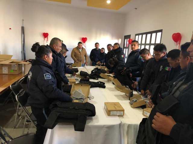 Entrega Badillo Jaramillo chalecos y radios a policías de Xicohtzinco