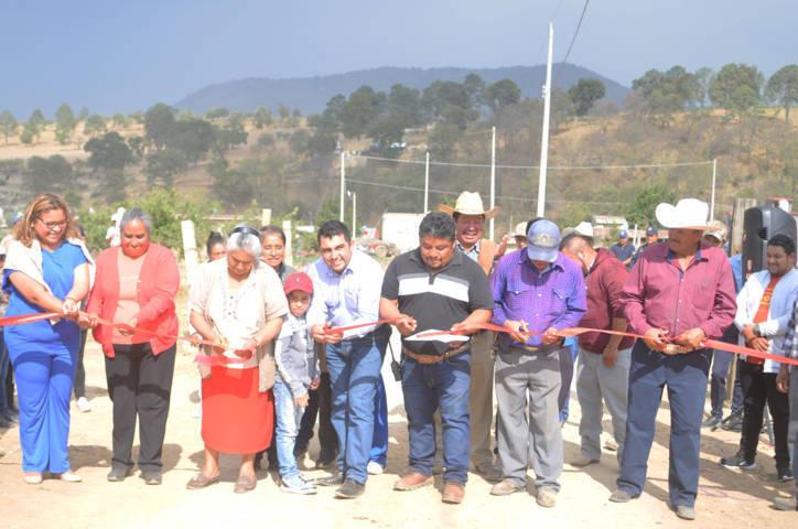 Alcalde disminuye el rezago social entregando obra de electrificación en la Soledad