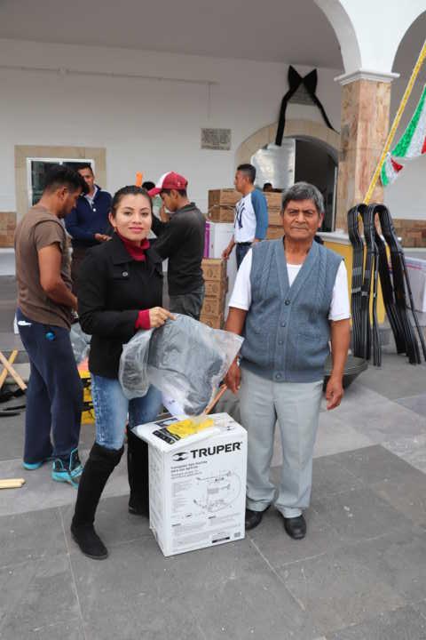 Reciben vecinos de Xicohtzinco herramientas de trabajo subsidiadas