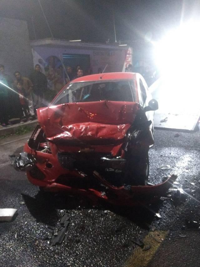 Choque frontal deja varios lesionados y una riña entre conductores