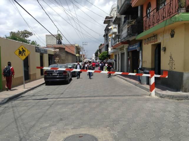 Dona Badillo Jaramillo barreras vehiculares para reforzar seguridad en acceso de escuela primaria