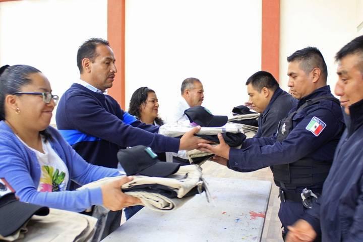 Alcalde mejora la imagen de los policías entregando uniformes nuevos