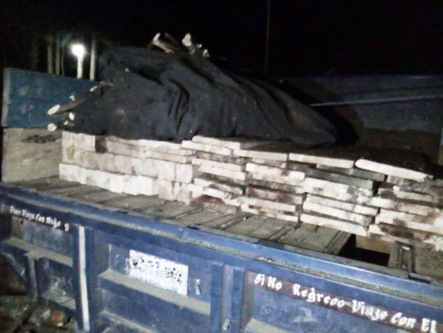 Aseguran camioneta abandonada con material forestal en La Malinche