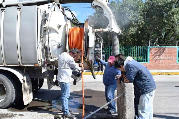 Con apoyo de la SECODUVI desazolvan red de drenaje en Panotla