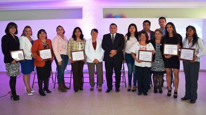 Entrega Eloy Reyes reconocimientos a mujeres destacadas de Apetatitlán