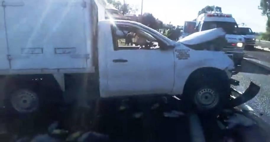 Sale camioneta con refresco de la autopista; hay tres lesionados