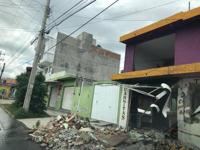 Escombros generados por explosión impiden pasó de peatones