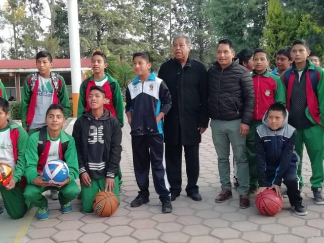 El Presidente Oscar Perez Rojas entrega apoyos deportivos a jóvenes estudiantes