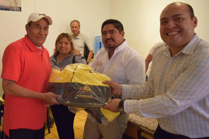 El DIF municipal de Panotla entregó uniformes deportivos a adultos mayores
