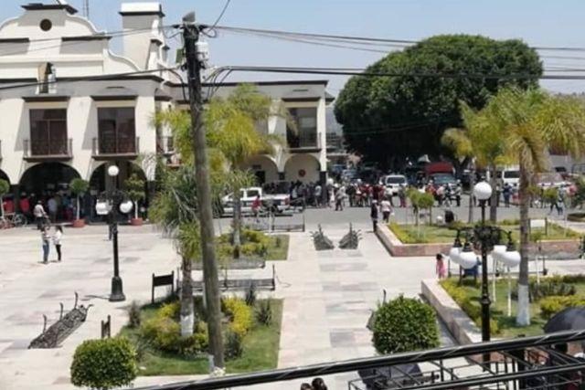 Inepto presidente de Huactzinco aglutina gente arriesgando al contagio de covid