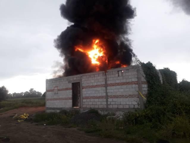 Huachicoleros incendian bodega en Ixtacuixtla