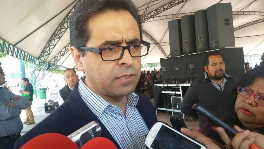 Secretario poeta asegura que no va por cargo de elección popular