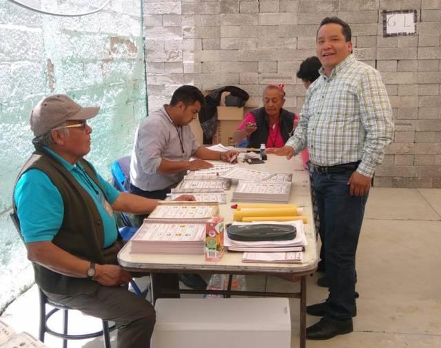 Alcalde de Xaloztoc acude a las urnas a emitir su voto