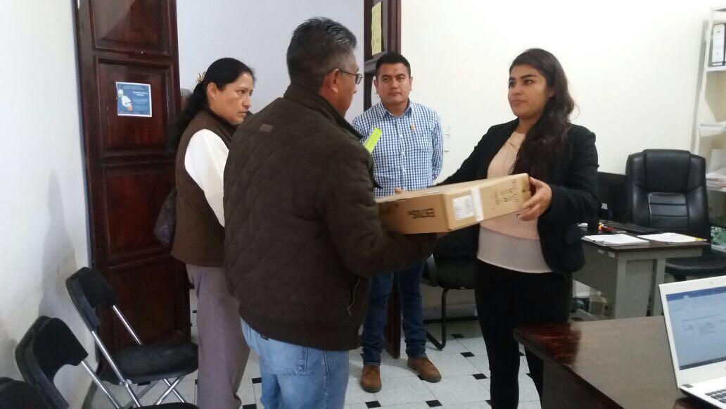 Ayuntamiento entrega computadora a primaria Ignacio Zaragoza