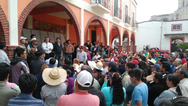 """De """"cínico y ratero"""" tachan pobladores de Texoloc al alcalde meón"""