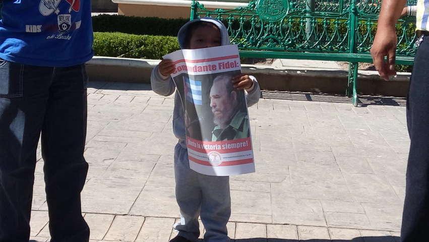 Antorchistas tlaxcaltecas salen a las calles homenajeando a Fidel Castro