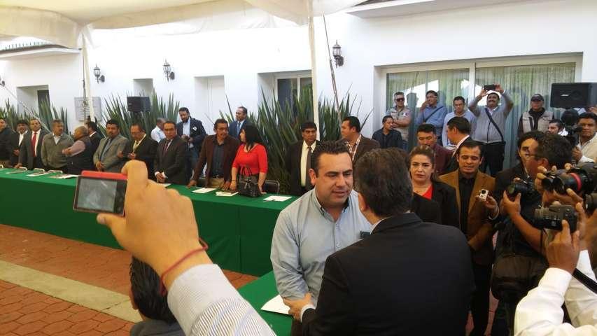 Encueran a ex alcaldes en conclave con Marco Mena