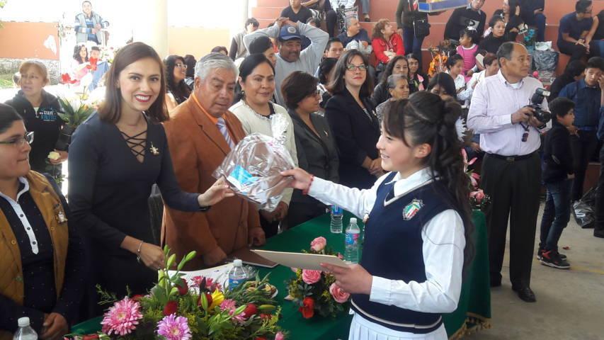 Sandra Corona Padilla apadrina generaciones de diversos niveles educativos
