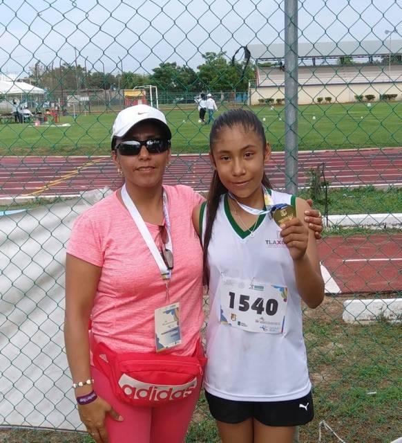 Felicita SEPE a niña ganadora de Segunda Medalla de Oro en juegos deportivos