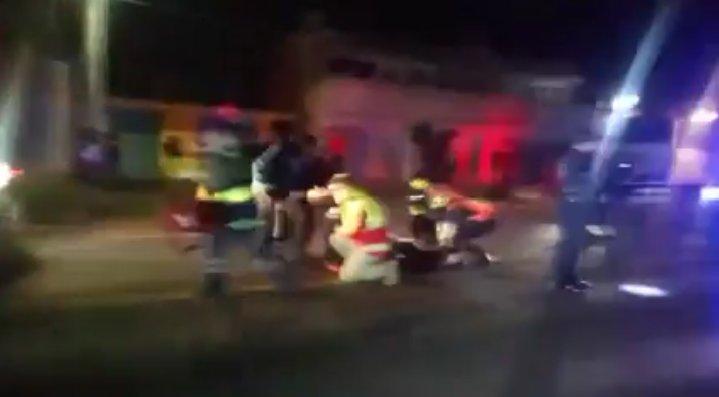 Se le atraviesa un perro y se derrapa en su moto