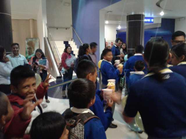 150 niños de diferentes escuelas disfrutaron de la película Playmóbil gratis