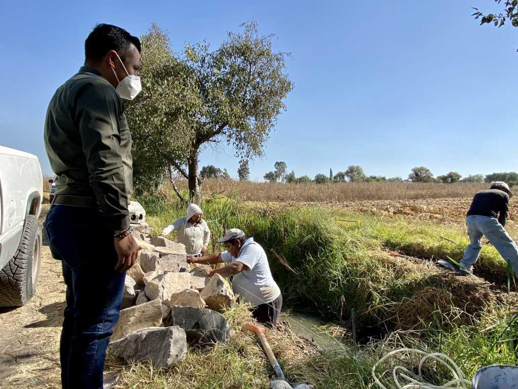Inicia en Xicohtzinco programa de construcción de puentes para campesinos