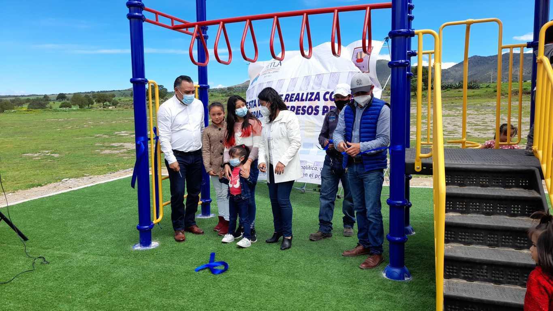 Eleazar Molina entrega tres áreas de juegos infantiles en Tetla