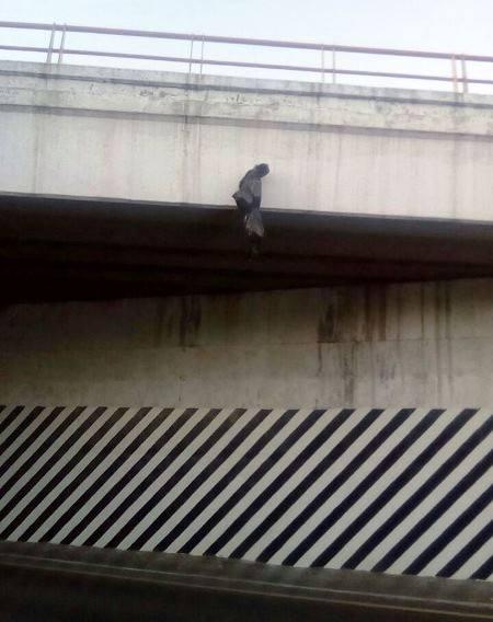 Gran movilización provocó un objeto colgado en puente de Totolac