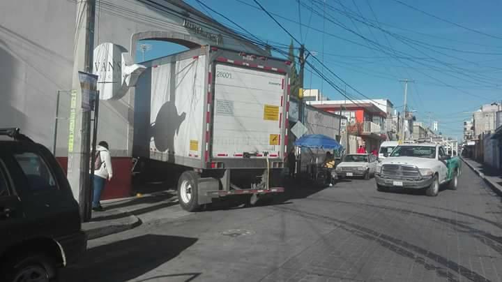 Tráiler genera caos vial en Huamantla; policías viales lo cuidan