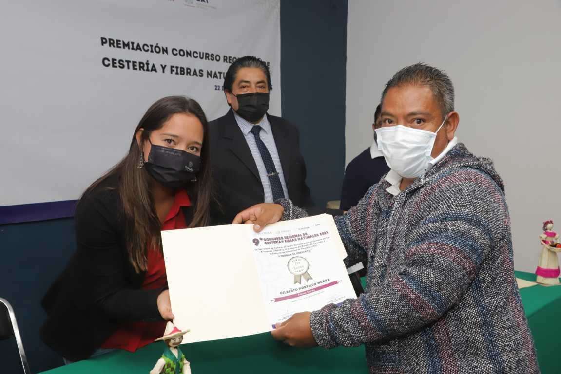 Premió casa de artesanías a los ganadores del concurso regional de cestería y fibras naturales