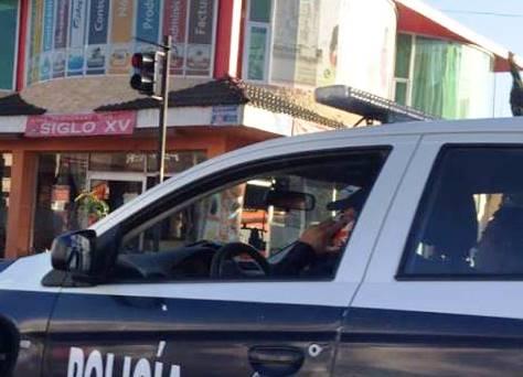 """""""Celularitis"""" en policías de Apizaco, son los primeros en no respetar la Ley"""