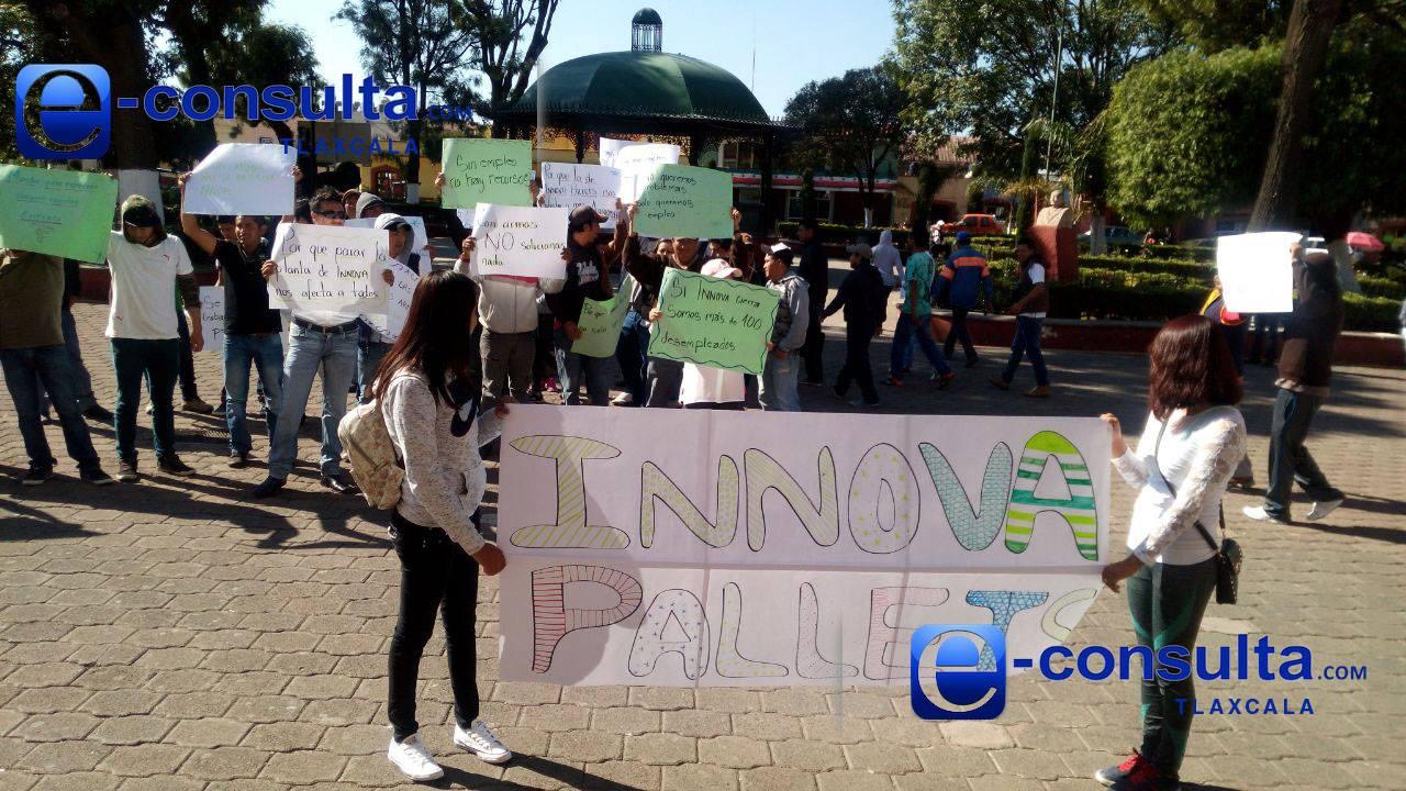 Se manifiestan trabajadores de Inovva Pallets en Tlaxco