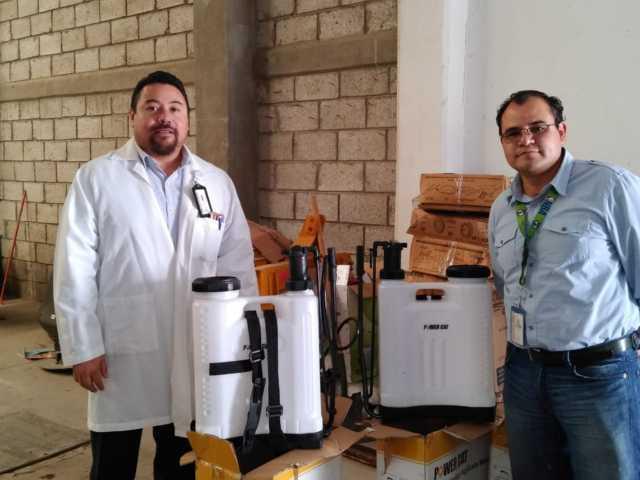 Michaelle Brito entrega mochilas de fumigación a Hospital de Tlaxco