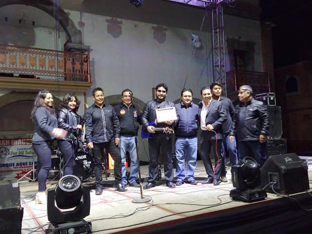 Diputado César Fredy Cuatecontzi y mayordomo reconocen a músicos en Contla