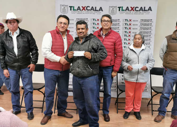 Entrega Sefoa apoyos a productores afectados por mal clima