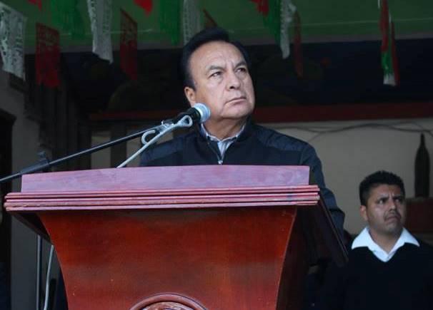 Goloso alcalde de Nopalucan corre a sus críticos