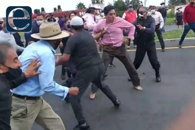 Se arma la bronca, policías rescatan sin zapatos a funcionario de Panotla