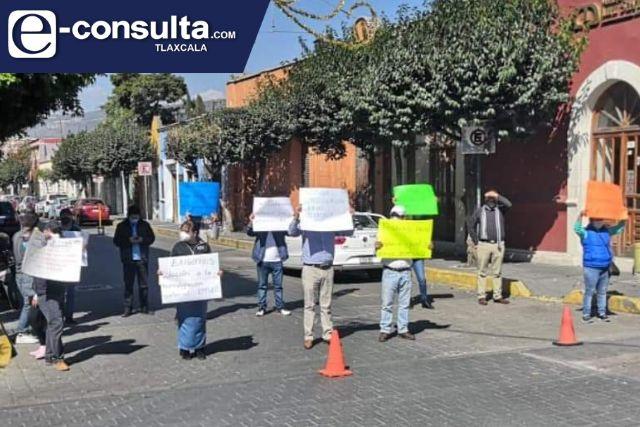 Manifestantes bloquean calles de la capital; piden pago de prestaciones