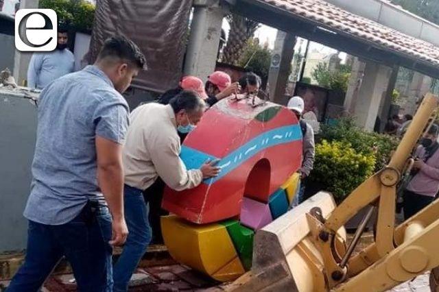 Escultura de Tomás Orea la echan a la basura en Zacatelco