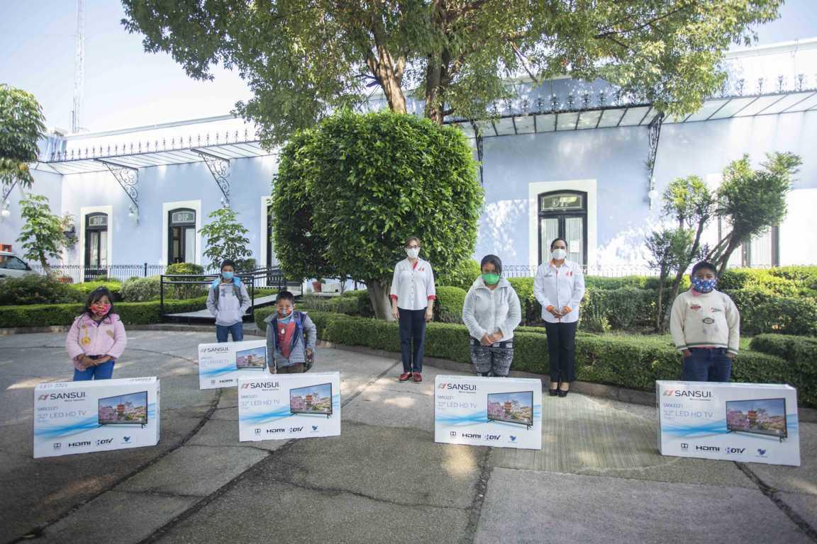Entrega Sandra Chávez apoyos a estudiantes tlaxcaltecas para prevenir trabajo infantil