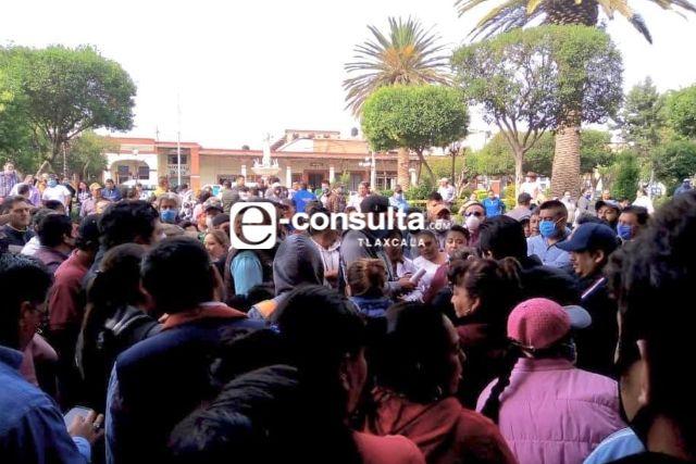 Se manifiestan comerciantes en Calpulalpan por notificación de cierre